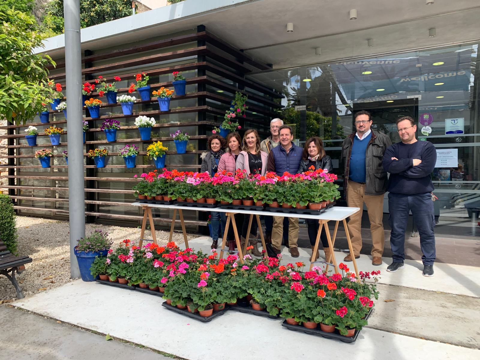 El Ayuntamiento de Cabra hace entrega de un lote macetas a los participantes en los concursos de patios, rincones y balcones