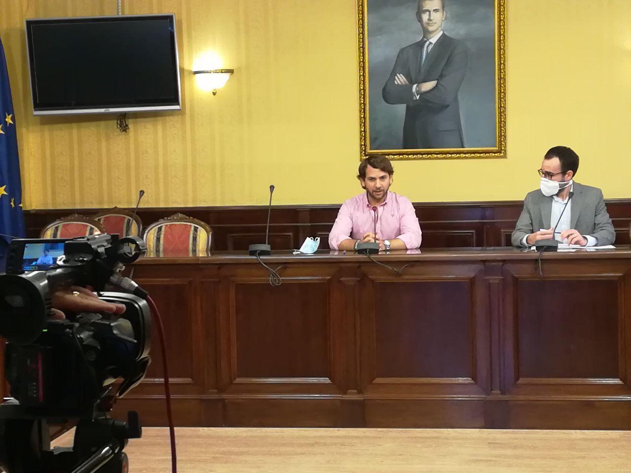 El delegado de Empleo presenta junto al alcalde de Cabra los proyectos que se desarrollarán dentro del Plan Aire