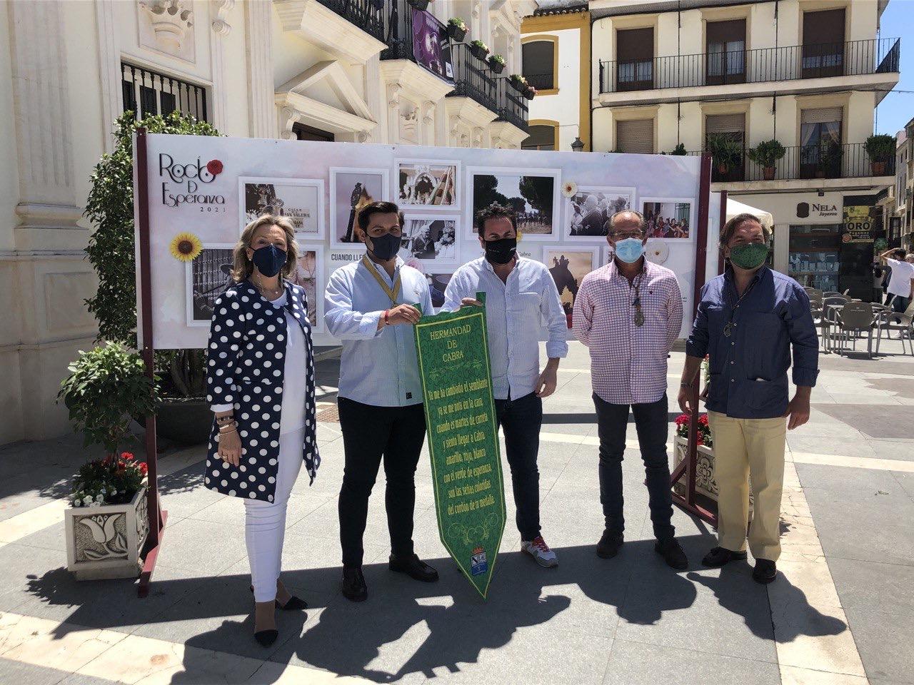El Ayuntamiento de Cabra instala unos paneles fotográficos para conmemorar la Romería del Rocío